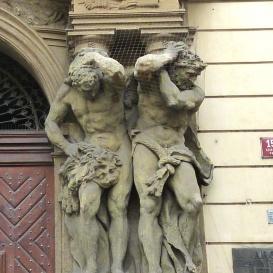 Clam-Gallas-palota kapuzatának szobrászati díszítése