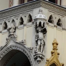 Stern-bérház épületdíszítő szobrai