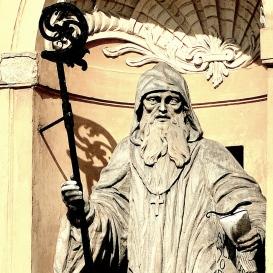 Zirci apátsági templom főhomlokzati szobrai és címerképei