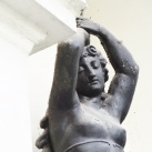 Fáklyát tartó nő