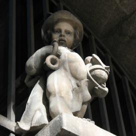 Postáskürtöt és Földgömböt tartó kisfiú
