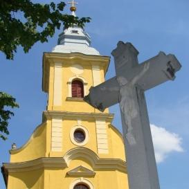 Feszület a római katolikus templom előtt