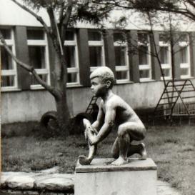 Kisfiú hallal-szobor