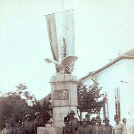 Országzászlós emlékmű