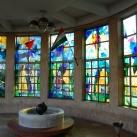 A Traumatológiai Intézet főbejárati szélfogójának színes üvegablakai