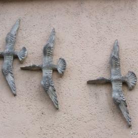 Repülő madarak samott domborműve