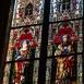 Üvegablakok a Mária látogatása oltár mellett