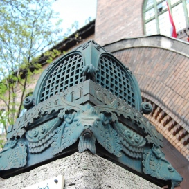 Az egykori Zsidó Vakok Intézetének kovácsoltvas oszlopfői
