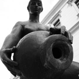 Korsós lány szobra (Zsuzsi-szobor)