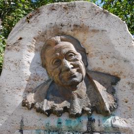 Szent-Györgyi Albert-emlékoszlop