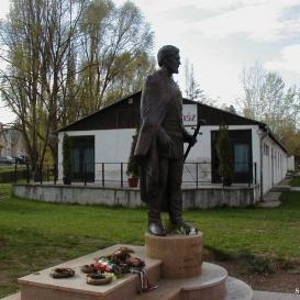 Simándy József szobra