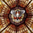 A zugligeti Római Katolikus templom kereszthajójának üvegablakai