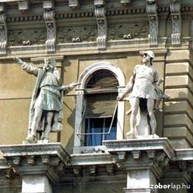 Adria-palota díszítőszobrai