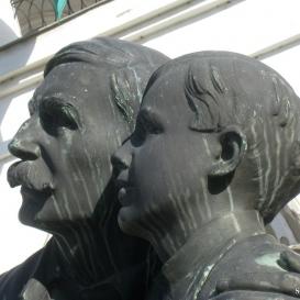 Apa fiával (Návay-emlékmű mellékalakjai)