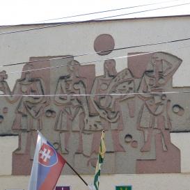 A községháza homlokzatának muráliája