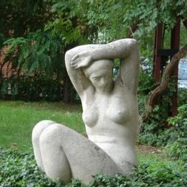 Ülő nő-szobor