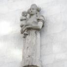 Matyó népviseletes anya gyermekével