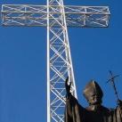 A pápai kereszt és II. János Pál szobra