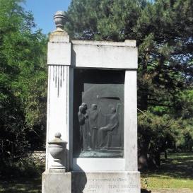 Dezső Jolánka és Dezső Krisztina síremléke