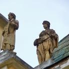 Csauscher-palota díszítő szobrai