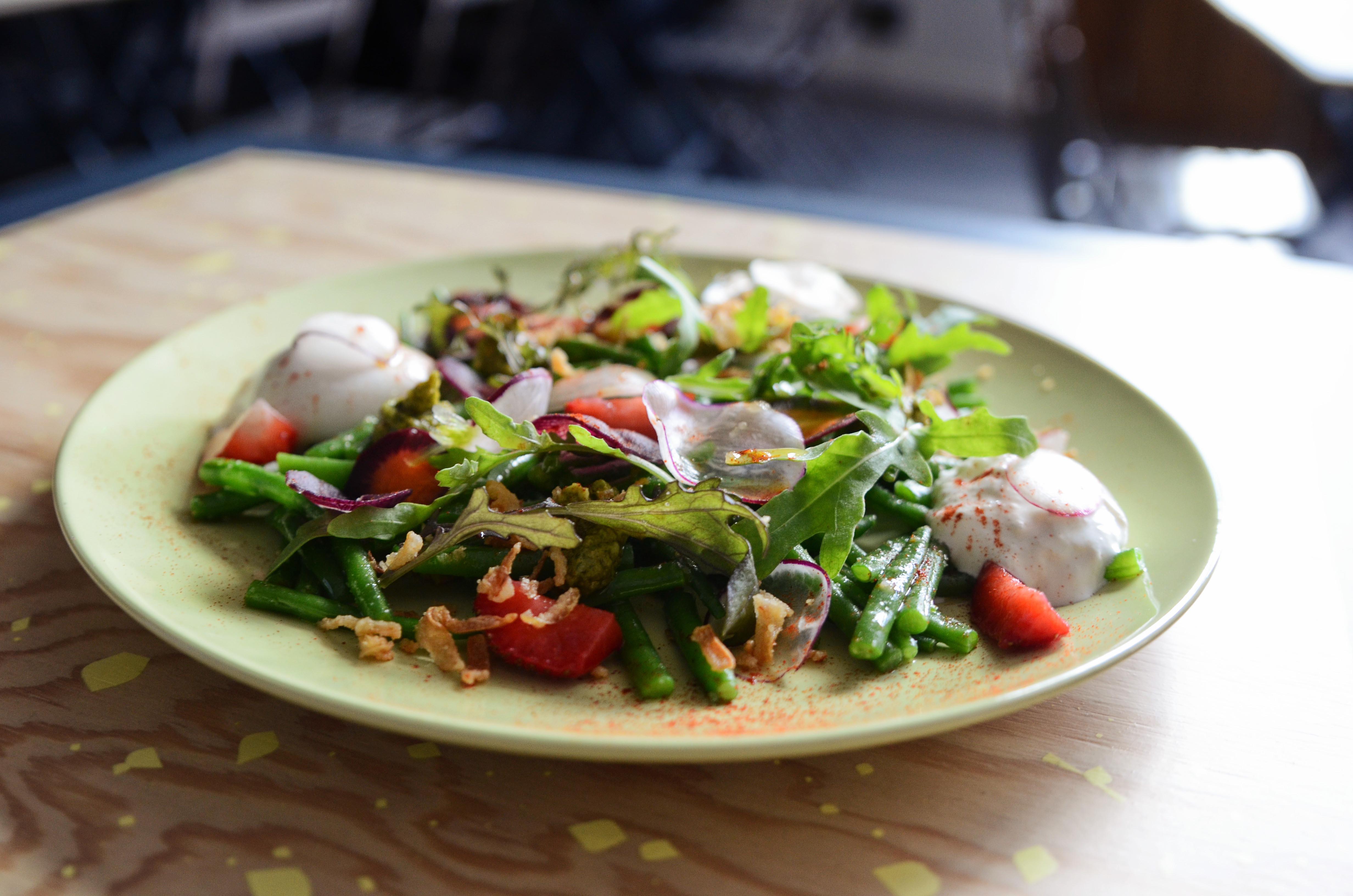 Salade haricots verts  fraises   oignons frits  pesto pistache