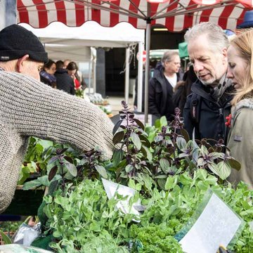Notting Hill farmers market Nigel Dyer and customers