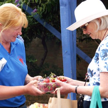 Heidi Fermor and customer with strawberries july 06