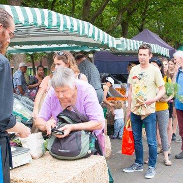 Walthamstow Farmers Market Izzard queue