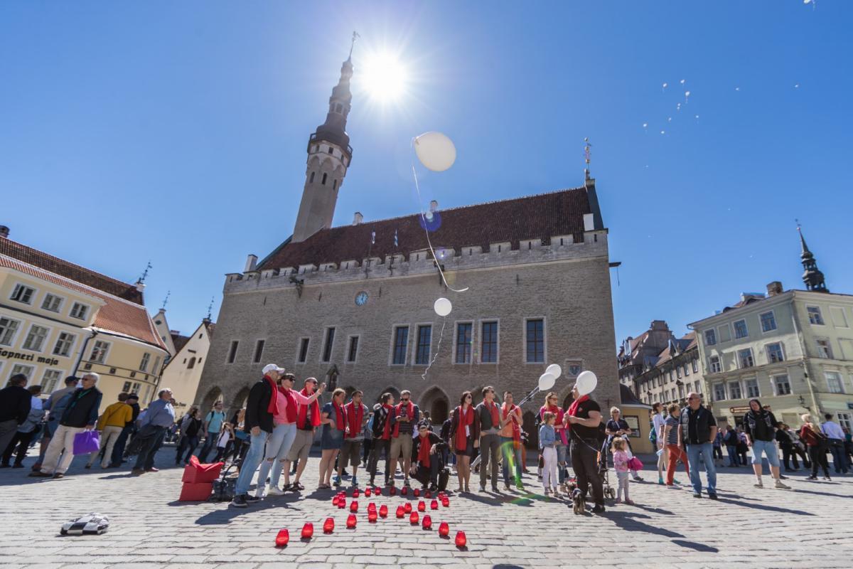 В крупнейших городах Эстонии почтили память людей, умерших от СПИДа