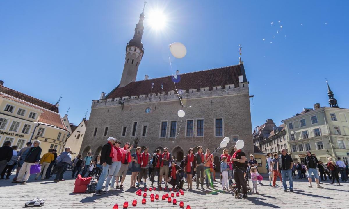 В крупнейших городах Эстонии почтили память людей, умерших от СПИДа - изображение 1