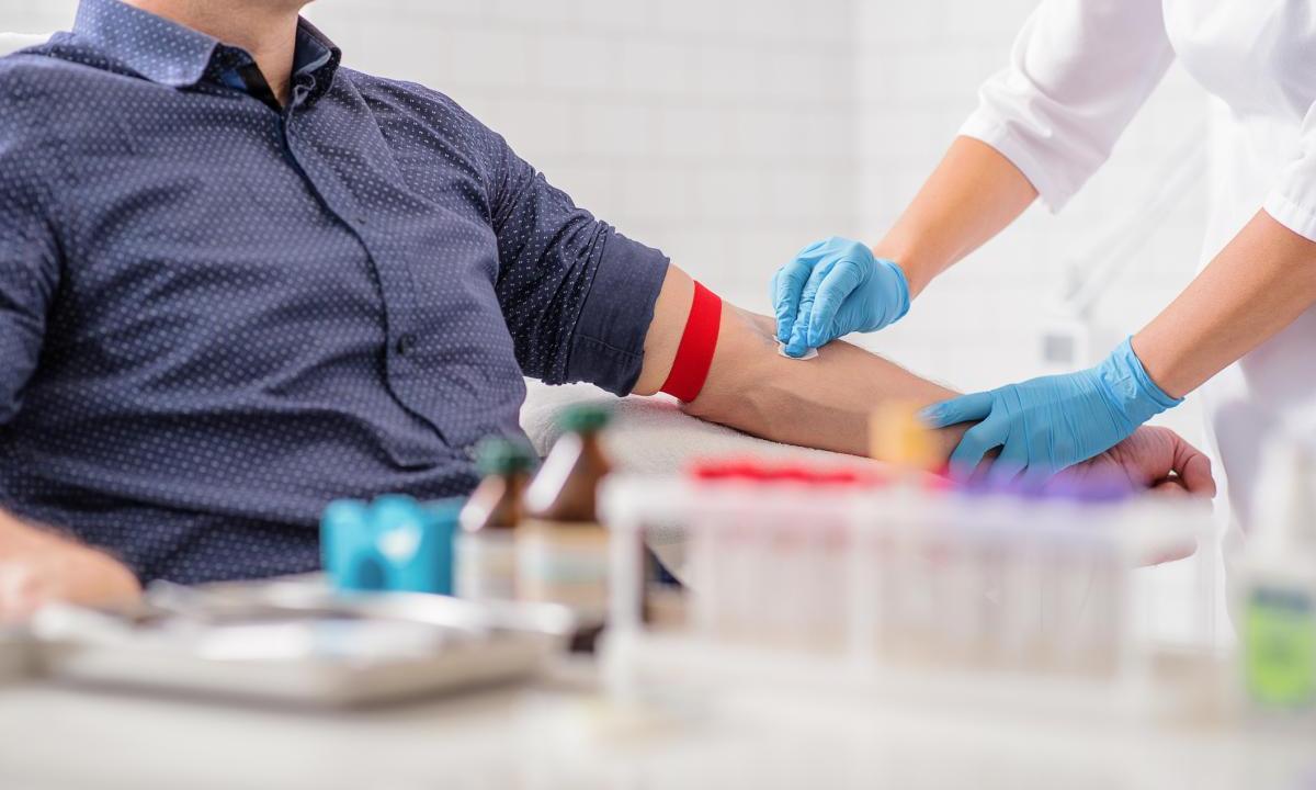 Во Франции потребовали пересмотреть правила донорства крови для геев - изображение 1