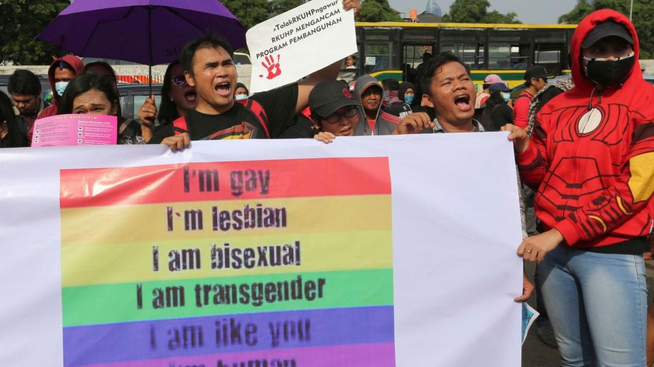 «Фактически совершил самоубийство». Ненависть к ЛГБТ в Индонезии подпитывает эпидемию ВИЧ - изображение 1