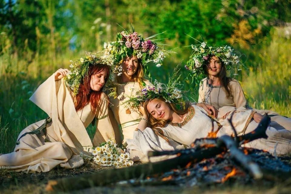 Девушки гадают на женихов и плетут венки из осенних цветов.
