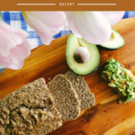 Koolhydraatarm brood gesneden met avocado.