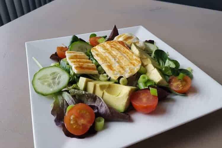 Griekse salade van gegrilde halloumi