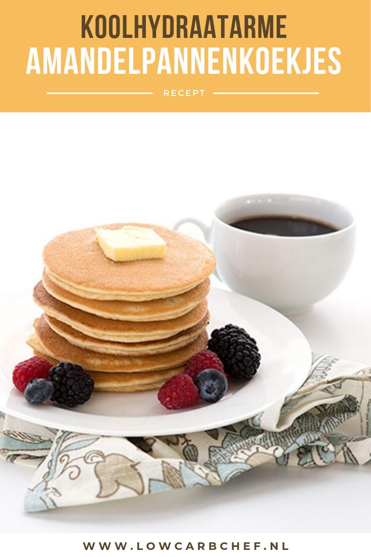 Deze koolhydraatarme pannenkoekjes gemaakt van amandelmeel zijn heerlijk om te eten als ontbijt of lunch. #koolhydraatarm #ontbijt #recepten #pannenkoeken