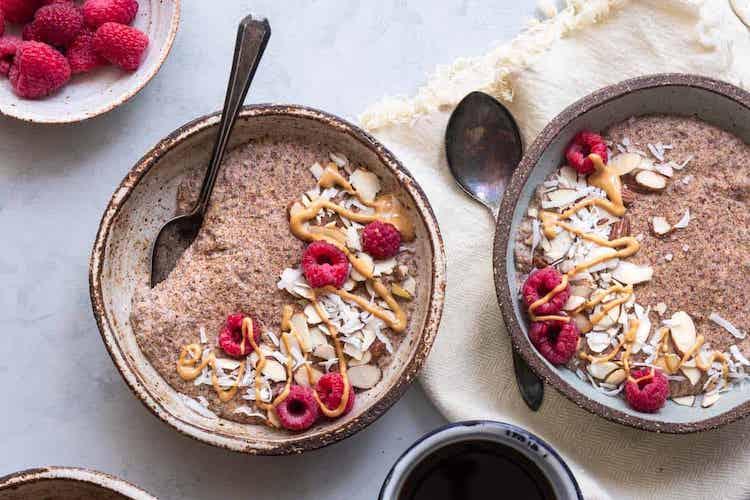 Deze ontbijtpap is vezelrijk, glutenvrij, lactosevrij, vegan en suikervrij. Een heerlijke koolhydraatarme vervanger voor brinta of havermoutpap. #koolhydraatarm #ontbijt #havermout #gezondeten #recepten