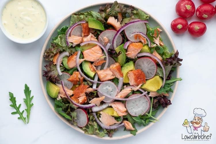 Deze salade met gerookte zalm en avocado is lekker, voedzaam en gezond. De salade is super makkelijk om te maken en binnen 10 minuten klaar. #koolhydraatarm #keto #salade #zalm