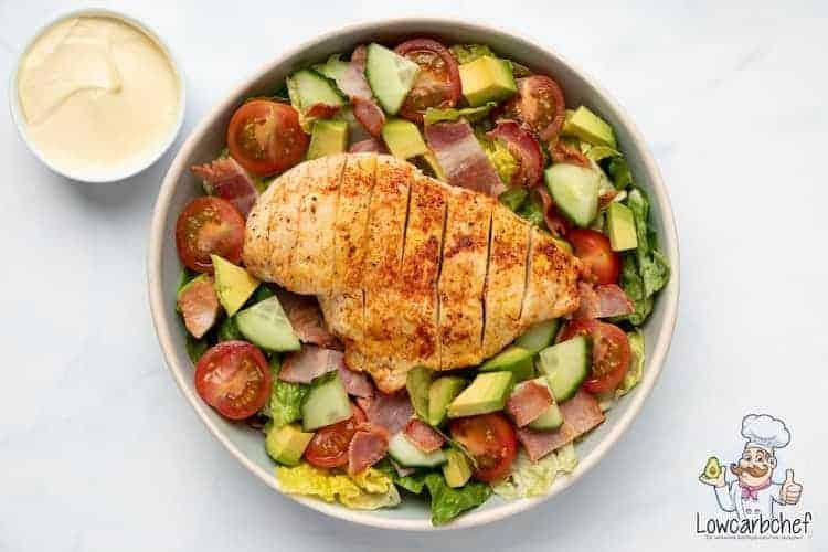 Caesar salade met kip en ontbijtspek.