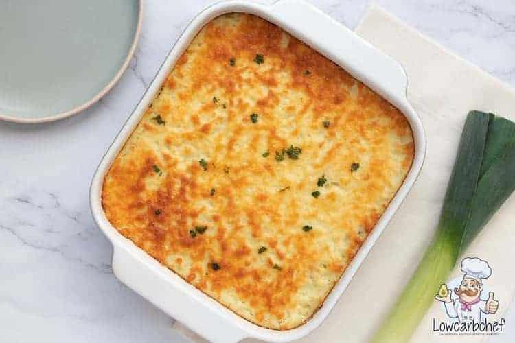 Ovenschotel met prei, kerrie-gehakt en kaas.