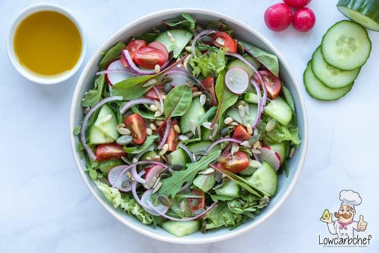 Frisse groene salade met vinaigrette.
