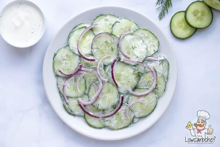 Komkommersalade met yoghurtdressing.