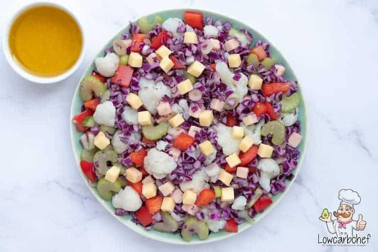 Salade met bloemkool, kaas en rode kool.