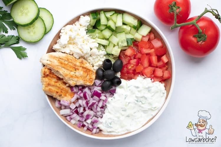Salade met kip en tzatziki.