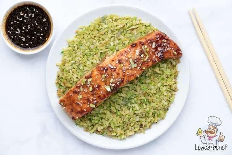 Zalm met broccolirijst en teriyakisaus.