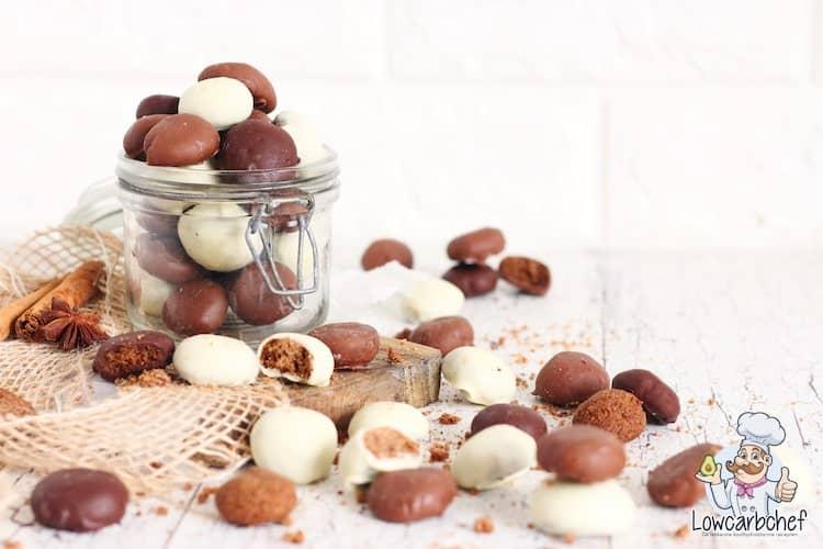 Koolhydraatarme kruidnoten omhuld met chocolade.