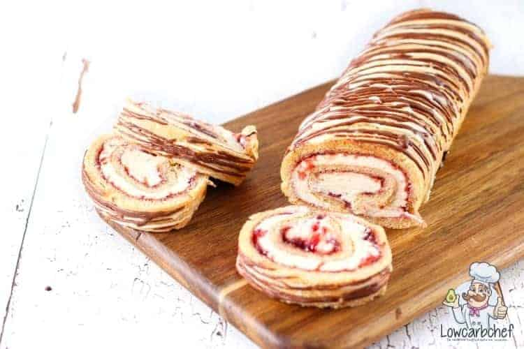 Cakerol met aardbeien en slagroom.