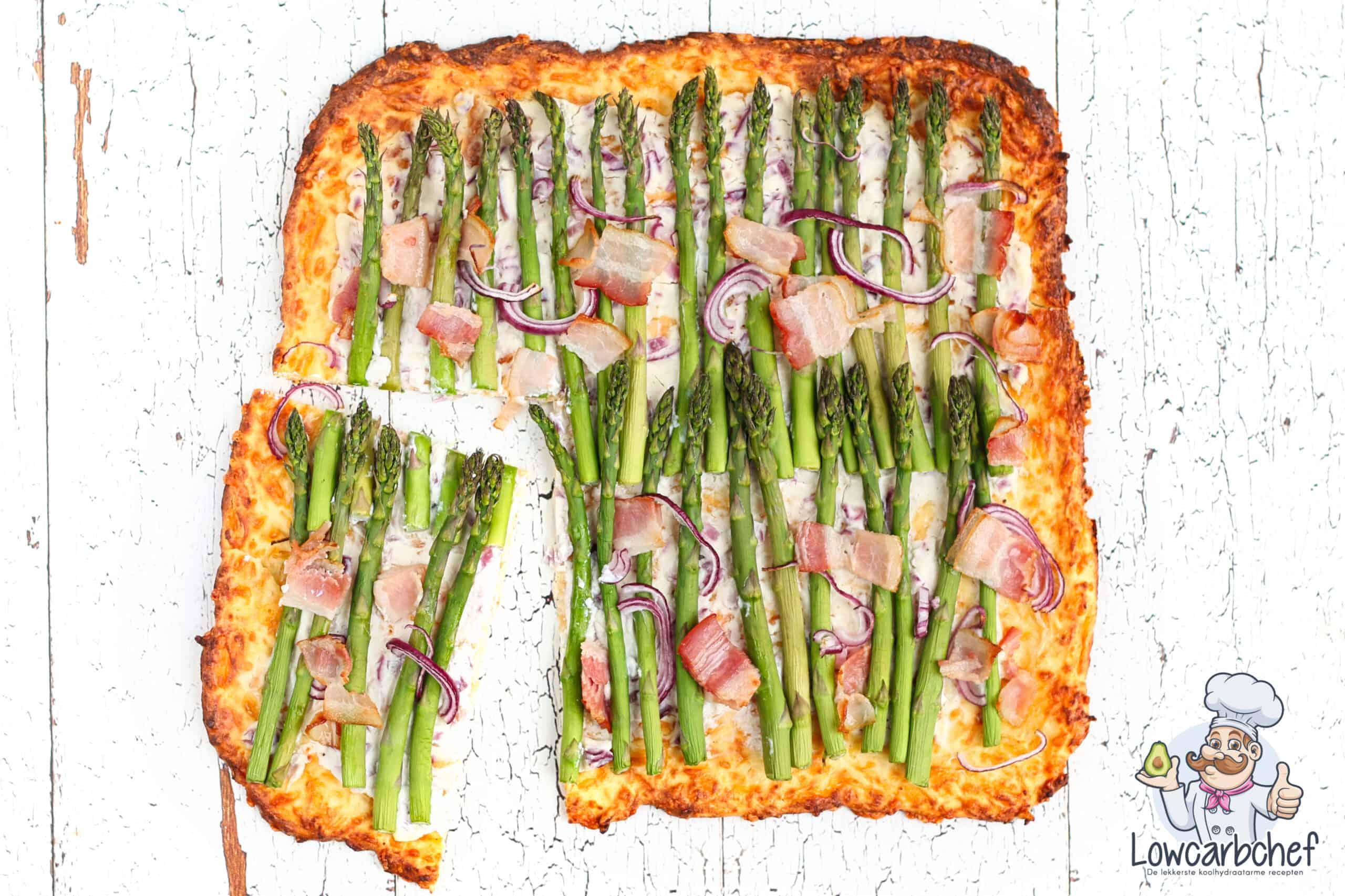 Flammkuchen met groene aspergetips en bacon.