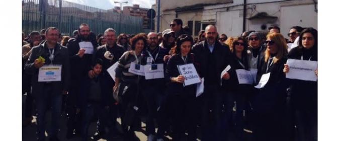 I lavoratori del Call center Almaviva protestano davanti ai cancelli dell'azienda