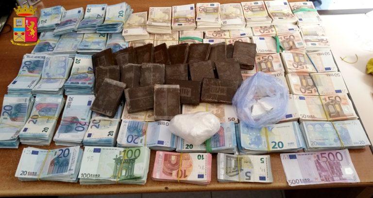 La Polizia arresta un corriere della droga che trasportava oltre 2 kg di sostanza stupefacente e gli sequestra circa 200.000 euro in contanti
